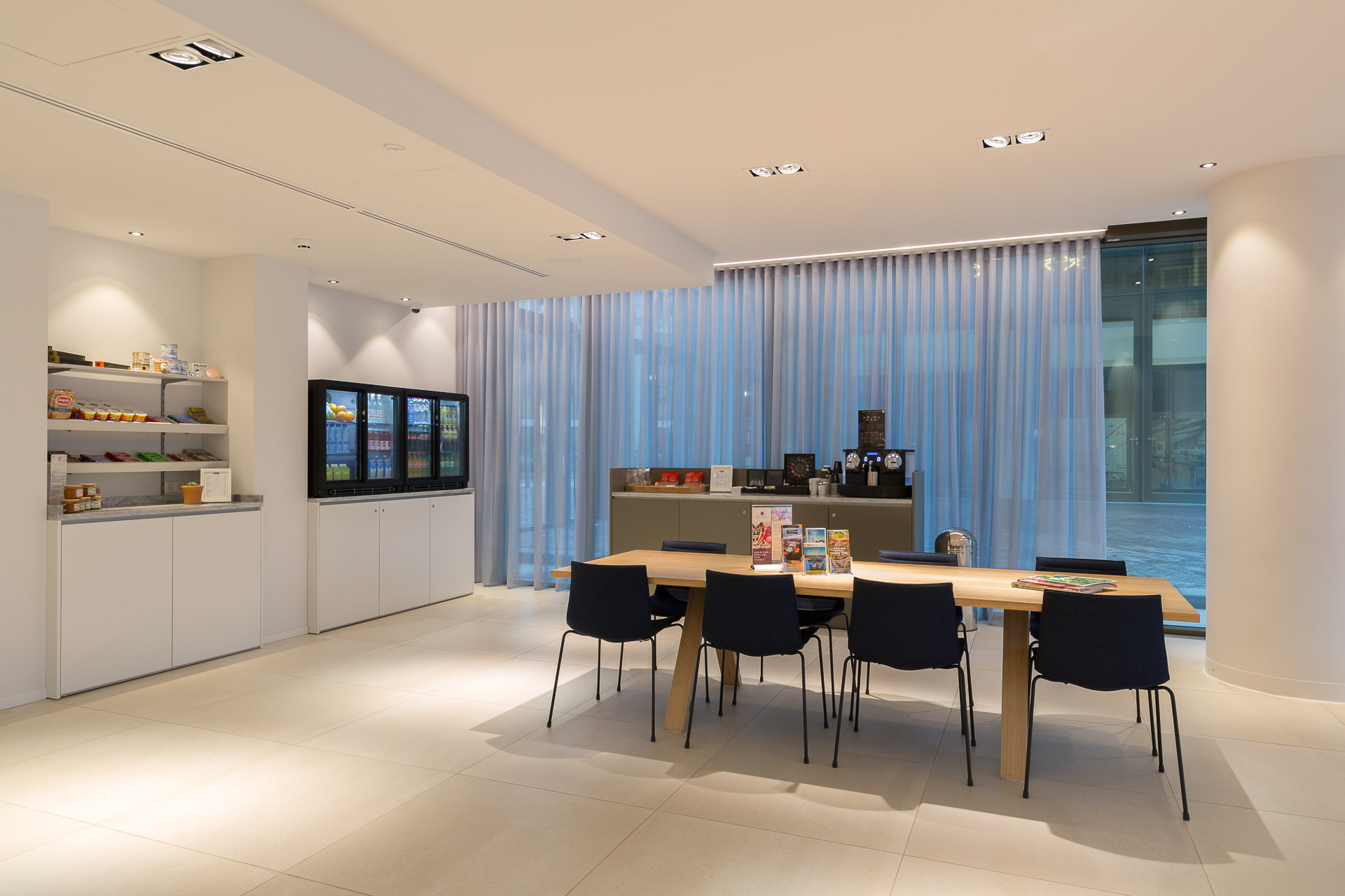 Lobby Lounge and Grab and Go Corner at PREMIER SUITES PLUS Rotterdam
